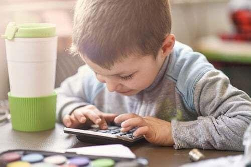 Bambino che usa una calcolatrice. Paracetamolo per bambini.