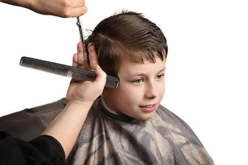 Bambino che va dal barbiere per un taglio classico.