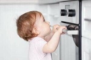 Bambino vicino al forno
