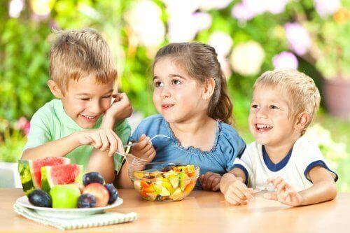 Bambini che mangiano frutta