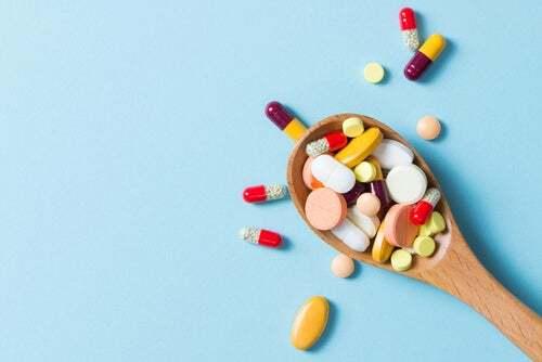 Cucchiaio pieno di farmaci.