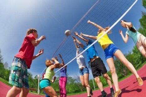 Bambini che giocano a pallavvolo.
