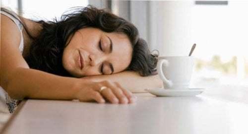 Donna addormentata con il caffè. Metodo giapponese contro la pigrizia.
