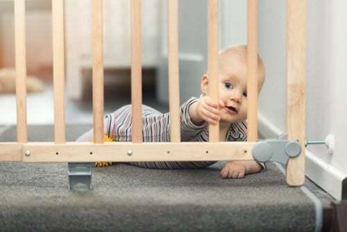 Neonato con protezione per le scale