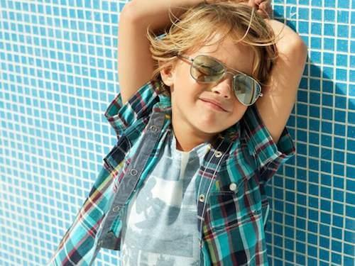 Bambino con taglio di capelli modello surfista.
