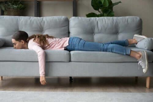 Adolescente demotivata sdraiata sul divano.