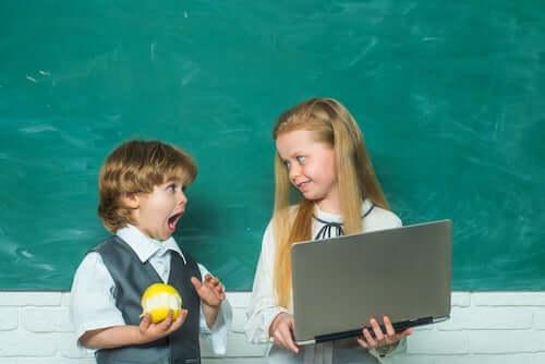 Dall'asilo alla scuola primaria. Bambini in classe con computer.