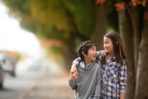Fratello e sorella che si abbracciano durante una passeggiata.