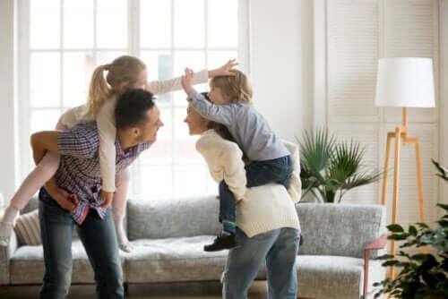 Padre, madre e figli che giocano insieme.