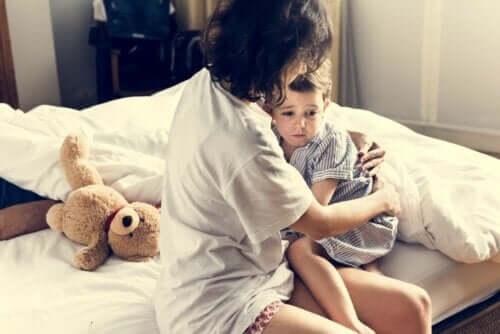 Madre che abbraccia e consola il figlio dopo un incubo.