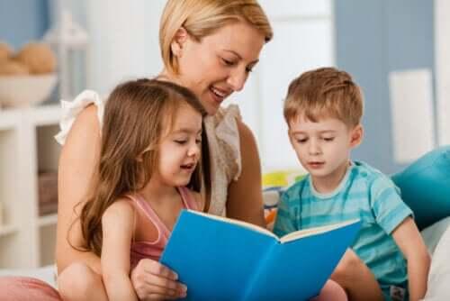 Madre che legge un libro di racconti ai figli.