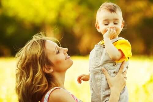 Madre che tiene in braccio il figlio.