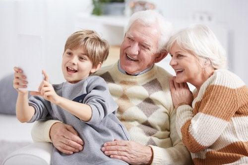 Nonni e nipote che si fanno un selfie.