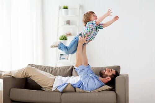 I giochi fisici con il papà fanno bene ai figli