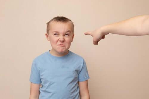 Bambino arrabbiato perché messo in punizione.
