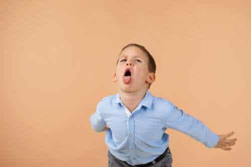Come correggere i bambini che insultano