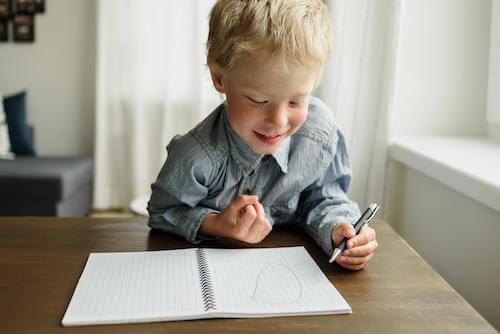 Bambino mancino che disegna.