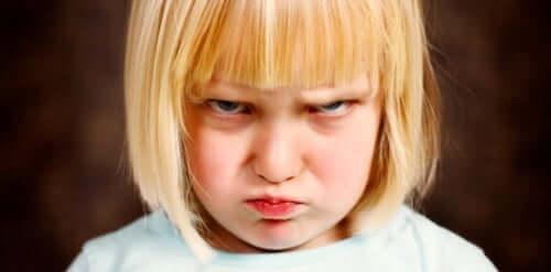Bambina arrabbiata che fa i capricci.