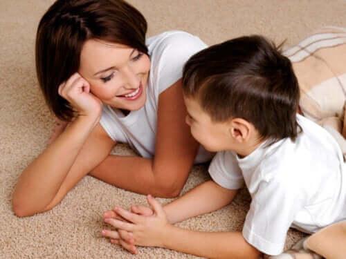 Madre che parla con il figlio.