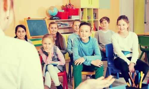 Alunni che ascoltano la lezione della professoressa.