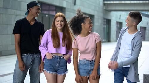 Gruppo di amici adolescenti che fanno una passeggiata.