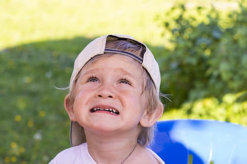 Bambino che piange perché è stato rimproverato.