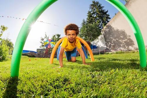 Bambino che gioca facendo un percorso ad ostacoli.