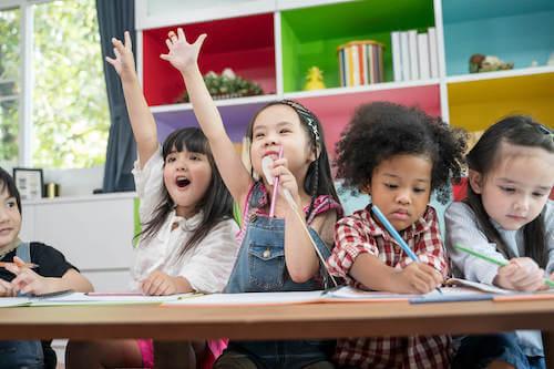 Bambini che partecipano ad una attività scolastica in classe.