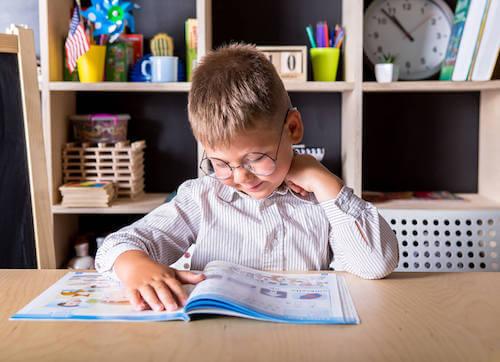 Creare un'area studio. Bambino che studia.
