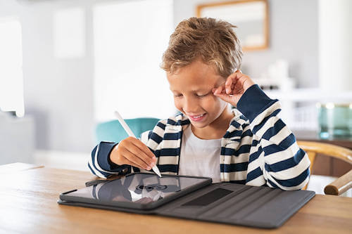 Bambino che studia utilizzando un tablet. Creare un'area studio.