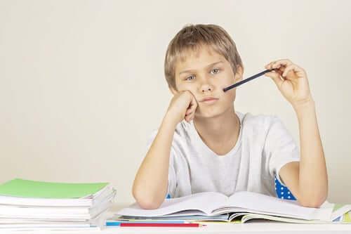 Bambino che ha difficoltà a fare i compiti.