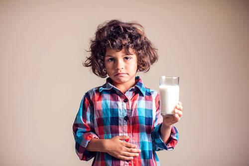 Bambino che ha dolore allo stomaco dopo aver bevuto del latte.