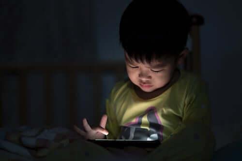 Bambino che usa il tablet di sera.