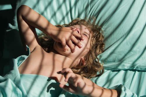 Bambino che si sveglia e fa uno sbadiglio.