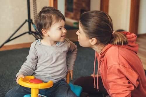 Madre che parla e gioca con il figlio piccolo.