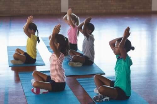 Yoga a scuola: tutti i benefici per studenti e insegnanti