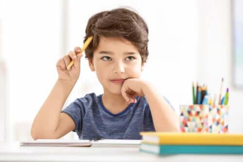 Bambino che studia pensoso.