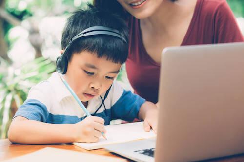 Madre che aiuta il figlio a imparare a scrivere.