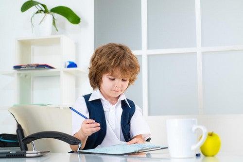 Bambino fa i compiti.