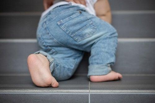 Bambino sale le scale.