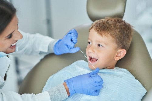 Bambino in visita dal dentista.