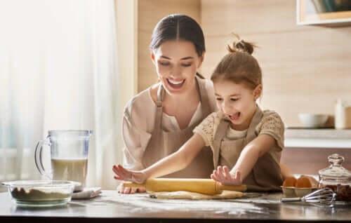 Mamma e figlia cucinano insieme.