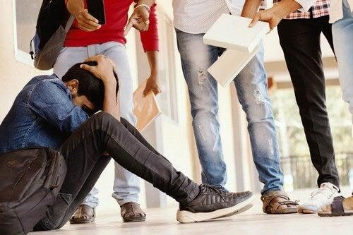 Atti di bullismo su un ragazzo a scuola.