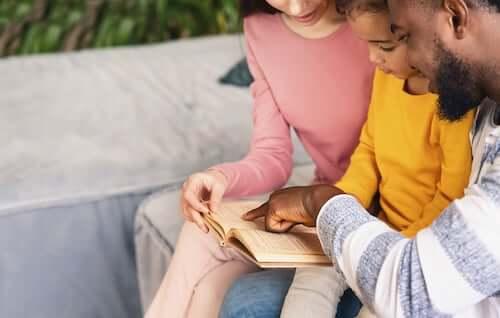 Genitori che leggono una storia al figlio.