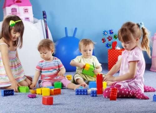Allenare le abilità motorie giochi. Bambini che giocano con costruzioni.
