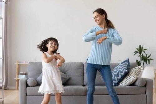 Mamma e figlia che ballano.