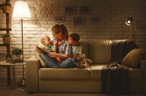 Mamma che legge una fiaba ai figli.