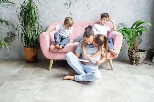 Padre che legge una storia ai figli.