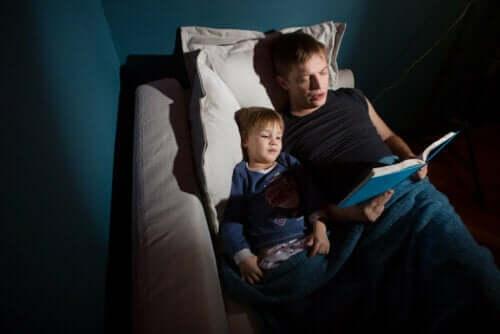 Padre che legge una fiaba al figlio.
