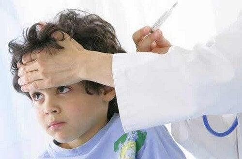 Bambino con mal di gola e faringite.
